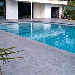 plage piscine beton imprime roches sans margelles