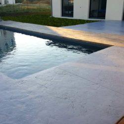 plage de piscine sans margelles motif roches